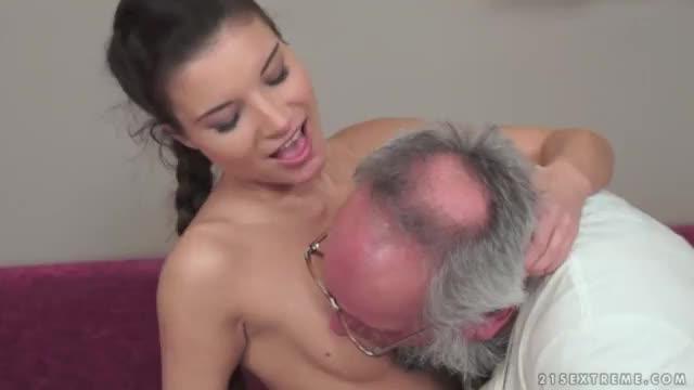 Sexo chupando os peitos
