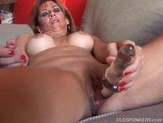 Coroa peituda se masturbando pro marido
