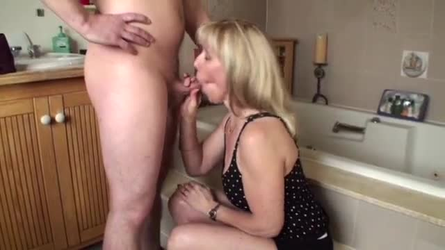 Pornô com coroa safada chupando pau