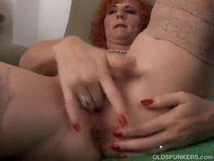Velha tendo orgasmo enquanto se consola
