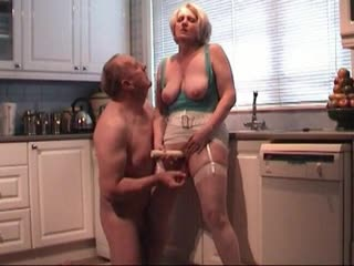 Chupando e comendo a esposa na cozinha