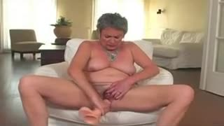Pegou a tia se masturbando e socou o piru nela