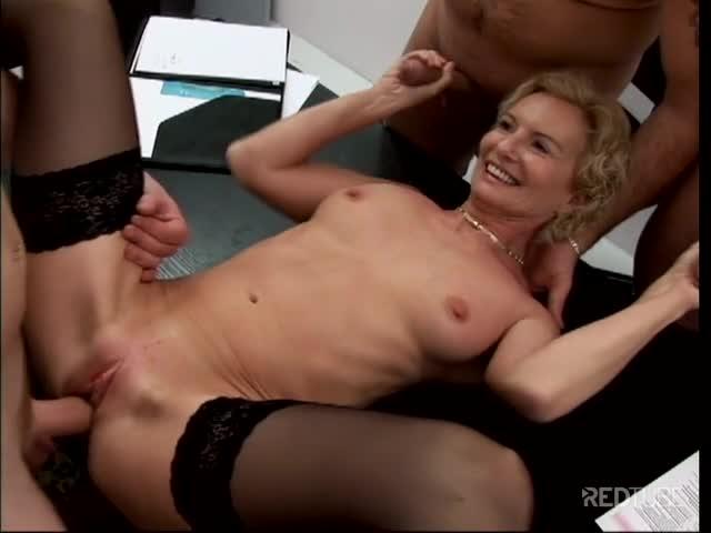 Suruba porno com coroa gostosa