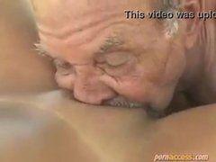 Velho safado dando uma chupada gostosa numa buceta