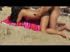 Corno exibindo sua esposa gostosa trepando na areia da praia