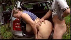 Safada fica com muito tesão e transa no carro do marido