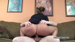 Traçando o rabo enorme de uma casada no sofá