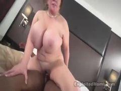 Negão fodendo prostituta velha super peituda