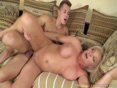 Porno HD com coroa sendo chupada e fodida