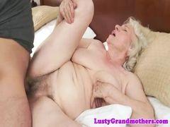 Tarado metendo na buceta cabeluda da avó
