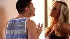 Brandi Love tretando com o enteado e depois dando pra ele