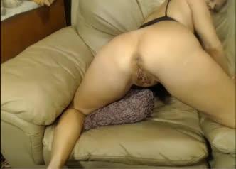 Um espetáculo de coroa solteirona se masturbando no vídeo chat