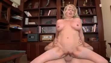 Linda coroa gostosinha que adora sexo anal