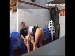 Comendo a coroa bêbada num bar em Belo Horizonte