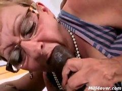 Negão dando uma gozada na bucetinha da velha