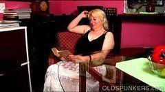 Dona de casa tenta ler pra se distrair mas fica querendo dar