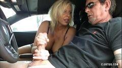 Loira safada punhetando o seu macho no carro