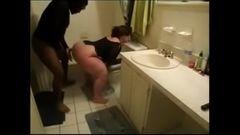 Fodendo a coroa safada no banheiro