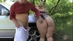 Fodendo o rabo da gostosa no capô do carro