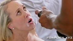 Brandi Love recebendo uma leitada na boca