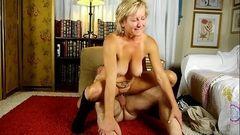 Dona de casa balançando os peitos sentadinha na piroca