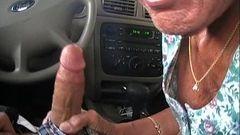 Velha safada chupando pica no carro