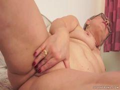 Sobrinho encontra tia se masturbando e mete a vara nela