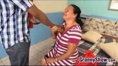 Velha brasileira safada dando a buceta