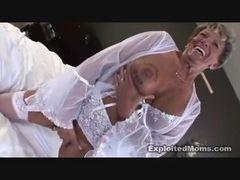 Negão pirocudo fodeu a velha puta e gozou na cara dela