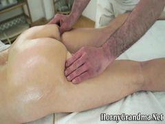 Coroa fica excitada durante a massagem e libera o cuzinho