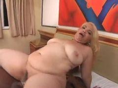 Negão socando fundo no cu da gorda