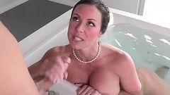 Putaria gostosa na banheira com a coroa peituda
