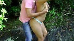 Casada gostosa transando de calcinha na cachoeira