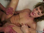 Sexo anal com velha magrinha dando pro personal