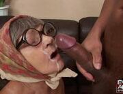 Gozando na cara da vizinha velha viúva