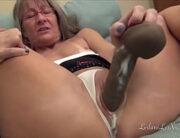 Coroa magrinha gostosa masturbando a buceta