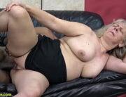 Velha pelada dando a buceta larga pro negão